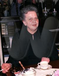 Karolina Deubel, aufgenommen 1987 nach der Beerdigung von Alois Deubel